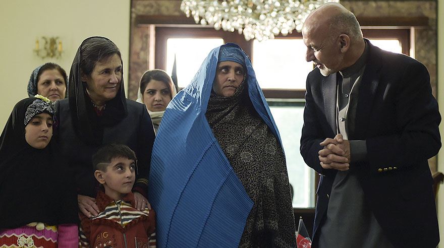 Detenida por posesión ilegal de documentos de identidad en Pakistán, país donde era refugiada, Sharbat cumplió una pena de 15 días en ese país. (Foto: AFP)