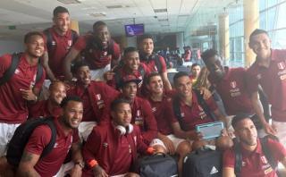Selección peruana partió a Paraguay en medio de gran ambiente