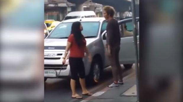 YouTube: amenazó a su marido con un machete en la calle [VIDEO]