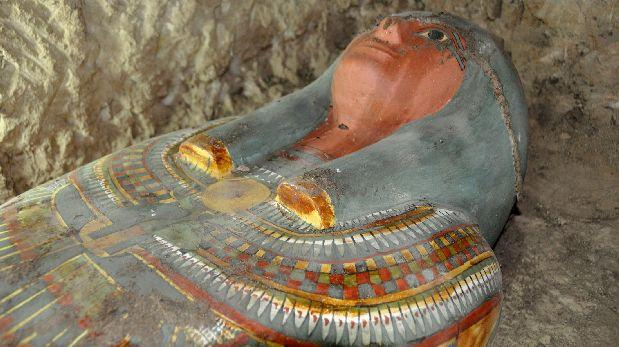 Arqueólogos descubren una momia intacta en Egipto