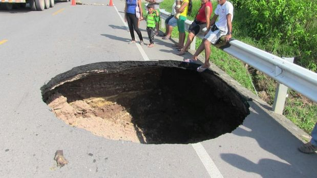 Un forado en la carretera de Aguaytía sorprendió a pobladores y conductores. (Foto: WhatsApp)
