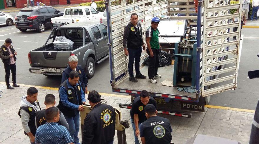 Parte de la maquinaria decomisada que usaban los falsificadores en San Juan de Lurigancho. (Pierina Chicoma / El Comercio)