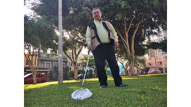 Alfredo Arangüena Taramona enseña cómo usar su colector de heces.