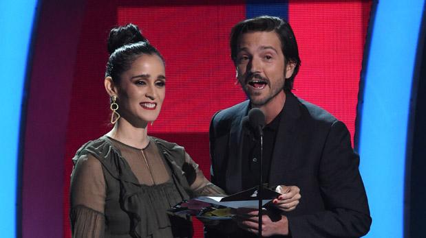 Julieta Venegas y Diego Luna presentando un premio en los Grammy Latino. (Foto: AFP)