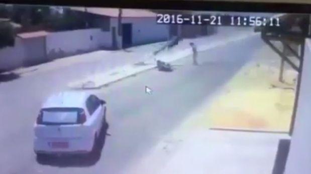 Choca contra poste, se salva, pero esto le pasó después [VIDEO]