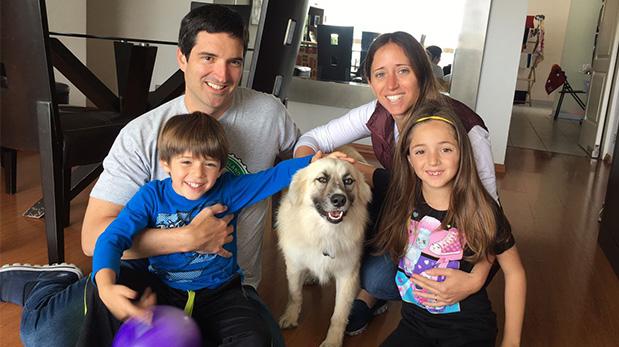 Willy Barclay y Mariana Garbagnatti junto a sus hijos Luciana y Benjamín. Y desde hace 3 semanas, su hija peluda Blanquita.