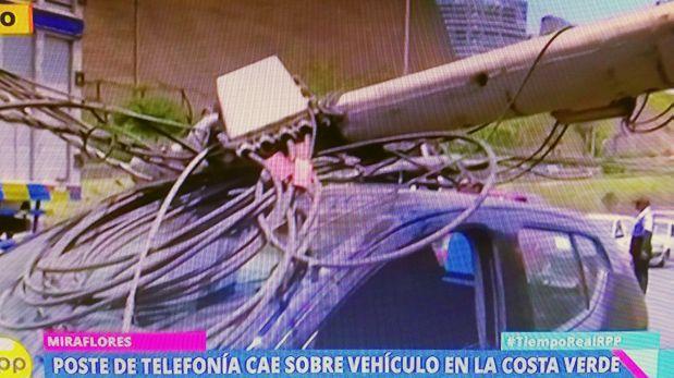 Miraflores: poste de telefonía cayó sobre carro en Costa Verde