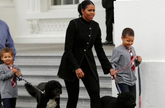 Michelle Obama recibe árbol navideño que adornará Casa Blanca