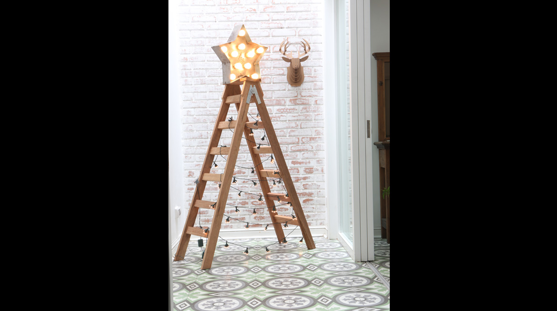 Reutiliza una escalera de madera tipo tijera. Renuévala usando una lija de grano N° 80 y cubrela con barniz. Diseño de Nicolle Futterknecht.