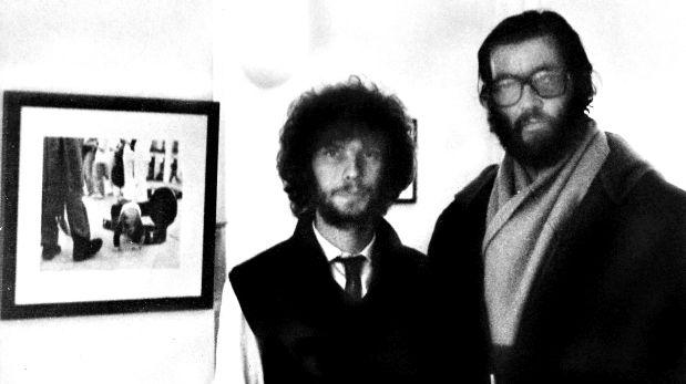 Daniel Mordzinski y Julio Cortázar, en la inauguración  de su muestra en París.