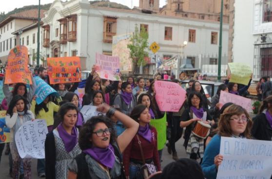 Mujeres marcharon vestidas de negro por víctimas de feminicidio