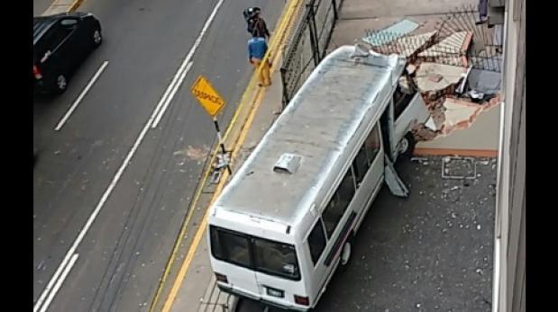 Miraflores: coaster choca contra un edificio y deja 3 heridos