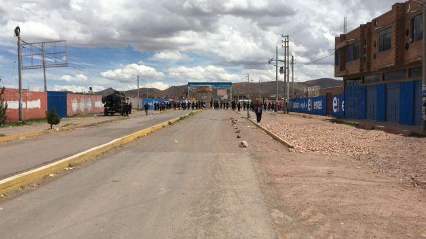 La vía principal para salir del aeropuerto de Juliaca ha sido bloqueada. (Foto: WhatsApp)