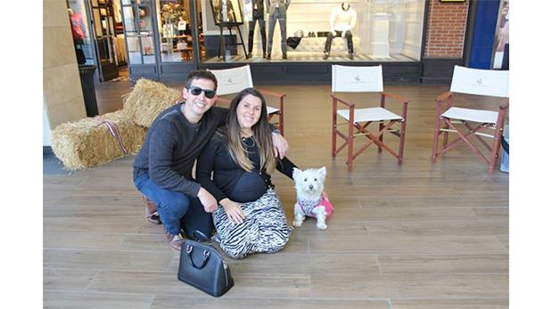 Dos clientes de Casacostanera junto a su mascota durante una visita al mall.