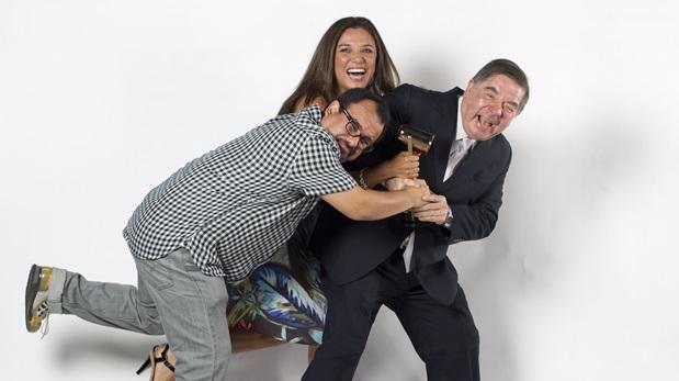 El guionista Gigio Aranda junto a los productores Estela Readhead y Efraín Aguilar tras recibir un premio Luces por