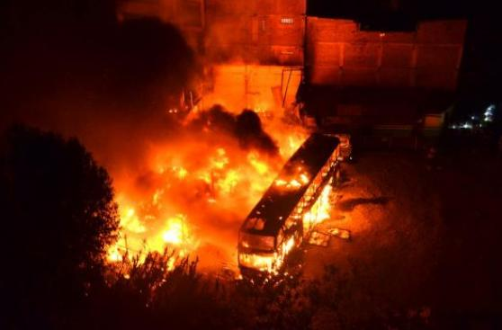 Paro en Andahuaylas: incendian buses de Transportes Palomino