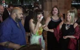 Mujer fue invitada a boda que terminó siendo la suya [VIDEO]