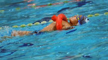 Bosnia: Niños discapacitados nadan contra la indiferencia