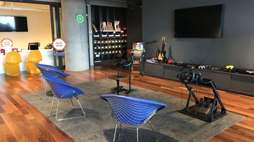 Esta imagen muestra la zona donde los empleados de Google se distraen con videojuegos de todo tipo, en su sede en Brasil. Pero poner áreas de entretenimiento como esta no es garantía de felicidad o compromiso con el trabajo, eso solo influye en el 10% del estado emocional del trabajador. Lo importante es que se sientan orgullosos de lo que hacen. (El Comercio)