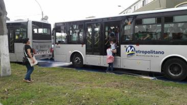 Metropolitano: Pasajeros se bajaron de buses por caos vehicular