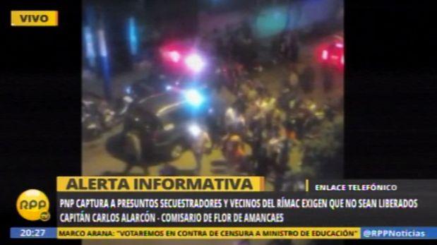 Los residentes de Flor de Amancaes llegaron hasta la dependencia policial para exigir que los detenidos no sean  liberados, incluso rompieron el parabrisas de un patrullero del Escuadrón de Emergencias. (RPP Televisión)