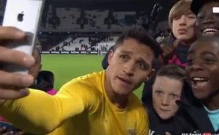 Alexis Sánchez y el divertido selfie con niños del West Ham