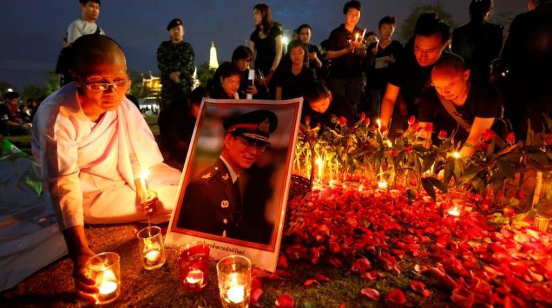 Miles de personas participaron el lunes en Bangkok en una vigilia con motivo del día del nacimiento del fallecido monarca Bhumibol Adulyadej, una festividad que en Tailandia se celebra como el Día del Padre.(Foto: Reuters)