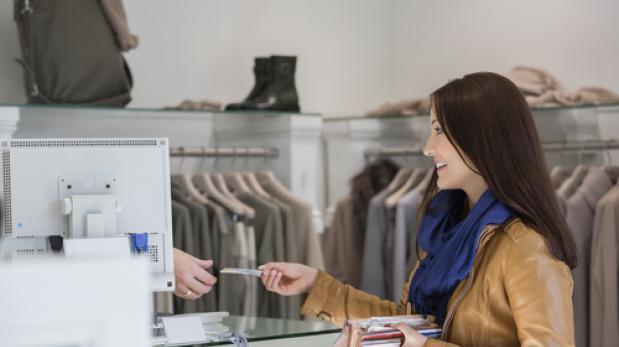 """Es recomendable que tus compras personales con Tarjeta de Crédito las pagues en una sola cuota.  ¿Sabes si te conviene comprar en """"crédito normal"""" o en """"cuotas"""" con tu Tarjeta de Crédito? base image"""