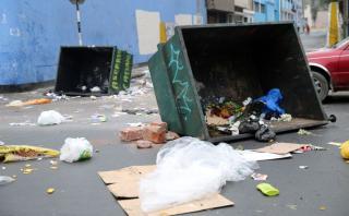 Los delincuentes atacaron la caja fuerte de este supermercado Plaza Vea en Surco. (América TV)