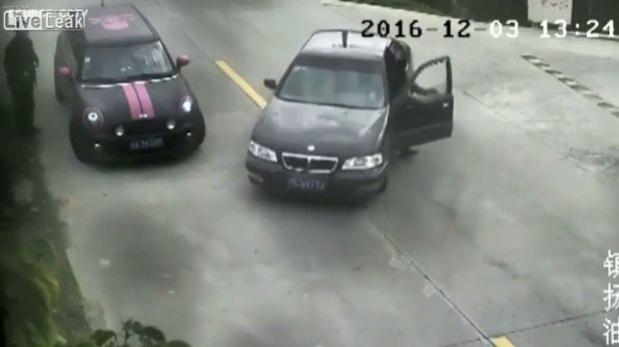 Se equivocó de pedal y terminó con su auto en el río  [VIDEO]