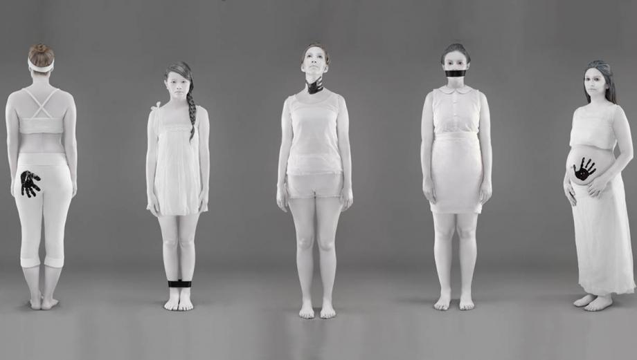 """Poderosas imágenes que """"blanquean"""" violencia contra la mujer"""