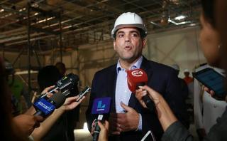 El primer ministro Fernando Zavala tuvo hoy una actividad en El Agustino. Luego habló con la prensa de la posible censura al ministro de Educación, Jaime Saavedra. (Foto: Lino Chipana / El Comercio)
