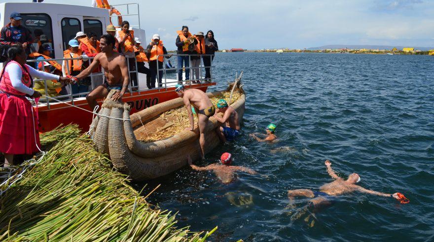 Deportistas peruanos y bolivianos nadan 30 horas en el Titicaca