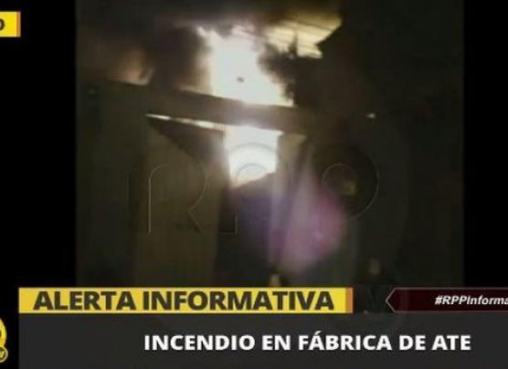 Incendio consumió una fábrica de pinturas en Ate [VIDEO]