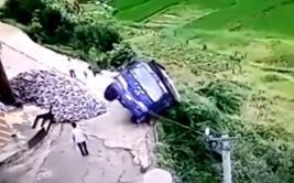 YouTube: un sorprendente salto lo salvó de caer al precipicio
