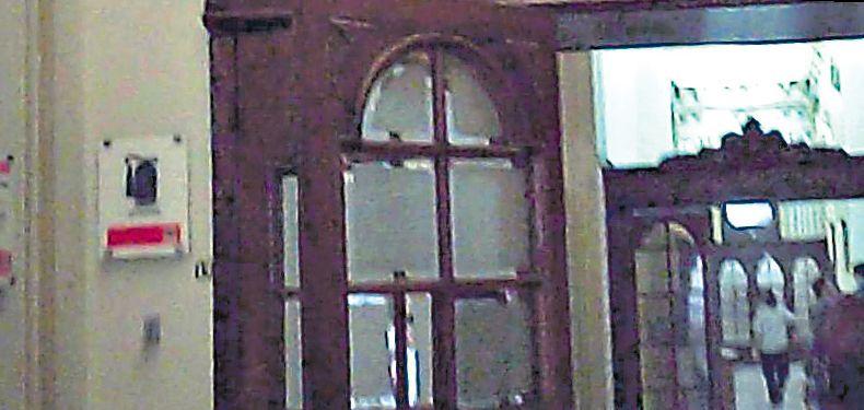 MÁS DEFICIENCIAS. Un pasadizo lateral al Hall de los Pasos Perdidos sin equipos antiincendios.