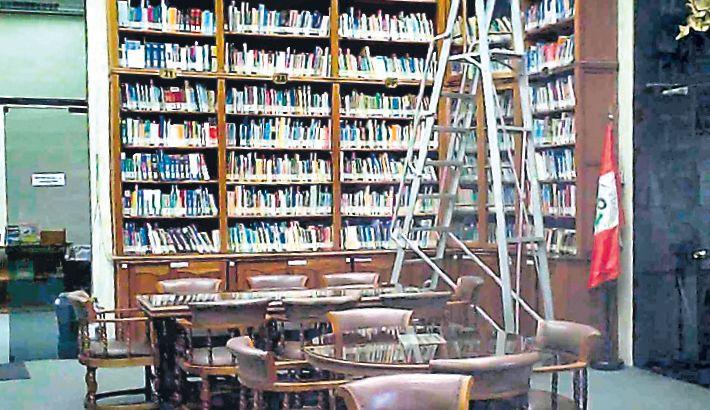"""BIBLIOTECA. En un recorrido realizado por El Comercio no se pudo ver ningún extintor ni gabinete contraincendios en el hall de este ambiente, pese a que la norma lo ordena. Tras recibir las imágenes, el Congreso dijo que en esta biblioteca hay seis extintores pero """"en lugares estratégicos""""."""