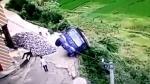 YouTube: un sorprendente salto lo salvó de caer al precipicio - Noticias de jackie chan