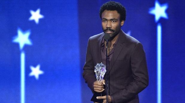 Donald Glover acepta el premio como mejor actor en una serie de comedia por