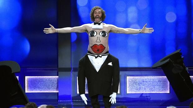 El actor y presentador T.J. Miller, da la bienvenida a la 22 entrega de los Critics Choice Awards 2016. (Foto: AFP)