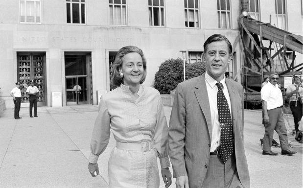 Ben Bradlee y Katharine Graham saliendo de una corte distrital en Washington D.C. (Archivo AP)