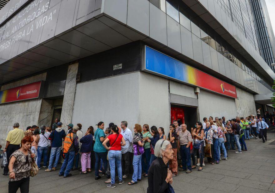 Venezuela: Largar colas para cambiar billetes de 100 bolívares
