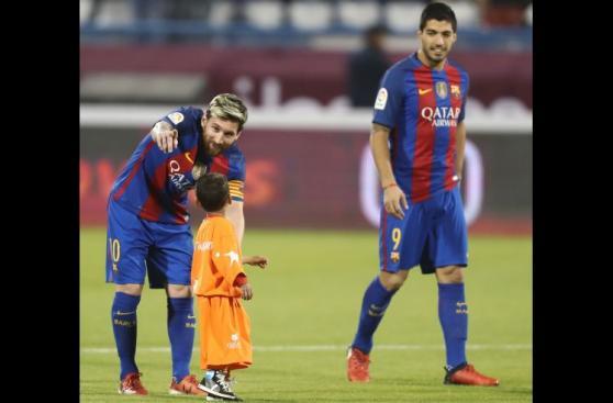 Niño afgano que conoció a Messi se robó show al no soltarlo