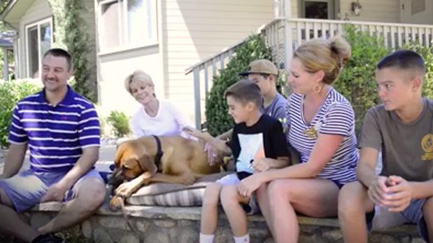 Luego de ser rescatado de Corea del Sur y transportado a California, EE.UU., Zeus fue adoptado por esta familia.