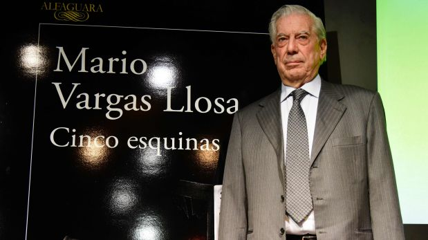 Peruvian writer Mario Vargas Llosa poses before the presentation of his new book 'Cinco  Esquinas' (Five Corners) at the Casa America in Madrid on March 1, 2015. / AFP / Javier SORIANO