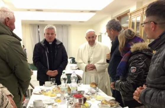 Papa Francisco celebra cumpleaños junto a mendigos [FOTOS]