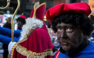 El personaje que pinta de racismo la Navidad en Holanda