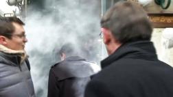 Francia: Candidato socialista es rociado con un saco de harina