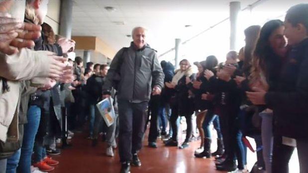 Este maestro logra la despedida soñada de sus alumnos [VIDEO]