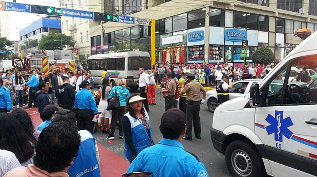 Los heridos quedaron tendidos en medio de la Av. Larco, en Miraflores, a la espera de los bomberos. (WhatsApp / El Comercio)
